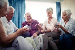 Groupe d'aînés jouant des cartes Photographie stock