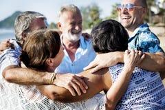 Groupe d'aînés sur la plage Images libres de droits
