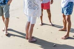 Groupe d'aînés sur la plage Images stock