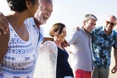 Groupe d'aînés sur la plage Photos libres de droits