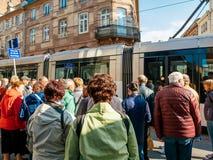 Groupe d'aînés visitant la ville française de Strasbourg Photos stock