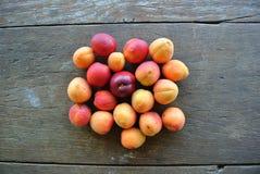 Groupe d'abricots oranges mûrs sur la table en bois rustique Image libre de droits