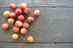 Groupe d'abricots oranges mûrs sur la table en bois rustique Image stock
