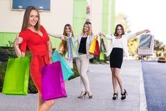 Groupe d'achat de jeunes femmes Photographie stock libre de droits