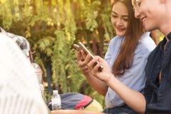 Groupe d'adolescent ajoutant le media social de jeu d'ami avec le smartphon Photo libre de droits