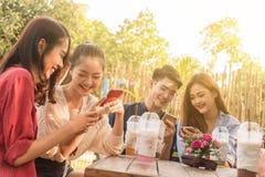 Groupe d'adolescent ajoutant le media social de jeu d'ami avec le smartphon Photos libres de droits