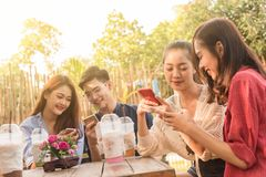 Groupe d'adolescent ajoutant le media social de jeu d'ami avec le smartphon Image stock