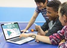 Groupe d'adolescent autour à la table de ping-pong Photo stock