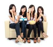 Groupe d'adolescent observant le film romantique Images stock