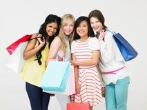 Groupe d'adolescente avec des sacs à provisions Image stock