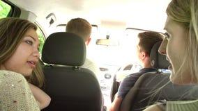 Groupe d'adolescents à l'intérieur de la conduite le long de la route banque de vidéos