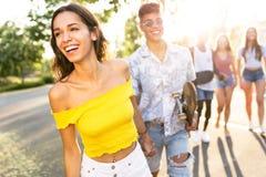 Groupe d'adolescents actifs faisant l'activité récréationnelle dans une zone urbaine Photos libres de droits