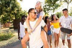 Groupe d'adolescents actifs faisant l'activité récréationnelle dans une zone urbaine Images libres de droits