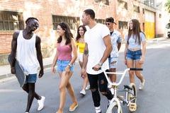 Groupe d'adolescents actifs faisant l'activité récréationnelle dans une zone urbaine Photo stock