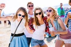 Groupe d'adolescents au festival de musique d'été, jour ensoleillé Image stock