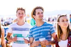 Groupe d'adolescents au festival de musique d'été, jour ensoleillé Photo libre de droits