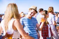 Groupe d'adolescents au festival de musique d'été, jour ensoleillé Image libre de droits