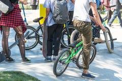 Groupe d'adolescents avec des bicyclettes en parc Image stock