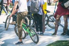 Groupe d'adolescents avec des bicyclettes en parc Photos libres de droits