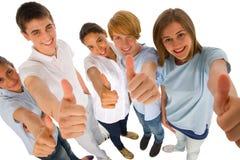 Groupe d'adolescents avec des pouces  Photos libres de droits