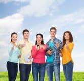 Groupe d'adolescents avec les smartphones et le PC de comprimé Photographie stock