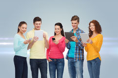 Groupe d'adolescents avec les smartphones et le PC de comprimé Photo stock