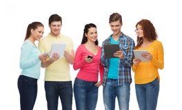 Groupe d'adolescents avec les smartphones et le PC de comprimé Photographie stock libre de droits