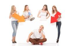 Groupe d'adolescents avec un panneau d'affichage vide Images libres de droits