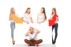 Groupe d'adolescents avec un panneau d'affichage vide Image stock
