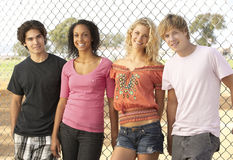 Groupe d'adolescents dans la cour de jeu Photographie stock