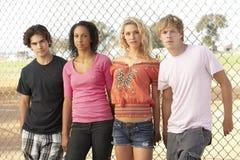 Groupe d'adolescents dans la cour de jeu Images stock