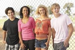 Groupe d'adolescents dans la cour de jeu Photographie stock libre de droits