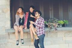 Groupe d'adolescents de hippie voyageant dans le talkin urbain de ville de l'Europe Image stock