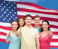 Groupe d'adolescents de sourire au-dessus de drapeau américain Photo libre de droits