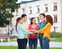 Groupe d'adolescents de sourire au-dessus de fond de campus Images libres de droits