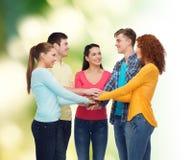 Groupe d'adolescents de sourire au-dessus de fond vert Photos libres de droits