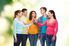 Groupe d'adolescents de sourire au-dessus de fond vert Photos stock