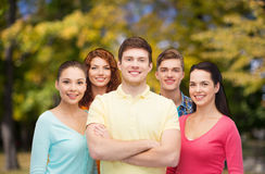 Groupe d'adolescents de sourire au-dessus de parc vert Images libres de droits