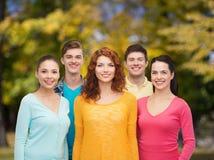 Groupe d'adolescents de sourire au-dessus de parc vert Photographie stock libre de droits