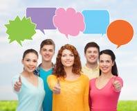 Groupe d'adolescents de sourire avec des bulles des textes Photos libres de droits