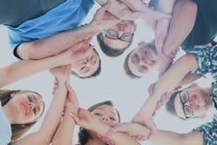 Groupe d'adolescents de sourire avec des mains sur l'un l'autre Image libre de droits