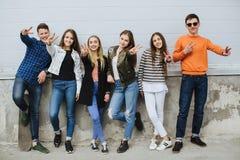 Groupe d'adolescents de sourire avec la planche à roulettes photographie stock libre de droits