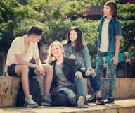 Groupe d'adolescents de sourire en parc le jour d'été Images stock