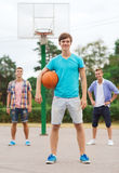 Groupe d'adolescents de sourire jouant le basket-ball Photographie stock