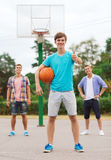 Groupe d'adolescents de sourire jouant le basket-ball Photo stock