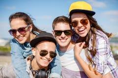 Groupe d'adolescents de sourire traînant Images stock