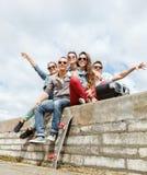 Groupe d'adolescents de sourire traînant Photo libre de droits