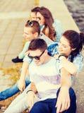Groupe d'adolescents de sourire traînant Image libre de droits