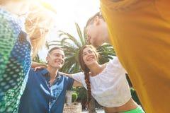 Groupe d'adolescents embrassé en cercle, vue inférieure Photo libre de droits