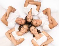Groupe d'adolescents heureux d'isolement sur le blanc Photographie stock